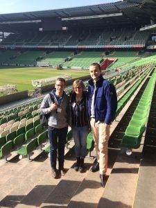 ein Rundgang durch das Weserstadion darf nicht fehlen v.l. Niklas Dickmann, Britta Conrad, Simon Niermann